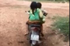 Em nhỏ vùng cao phối hợp nhịp nhàng để điều khiển xe máy