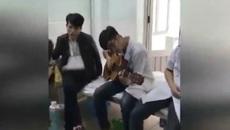 Bác sĩ thực tập đệm đàn cho bệnh nhân hát để thư giãn buổi trưa