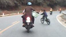 Bé trai quay đầu xe 'đốn' ngã 2 người đi xe máy giữa đường đèo