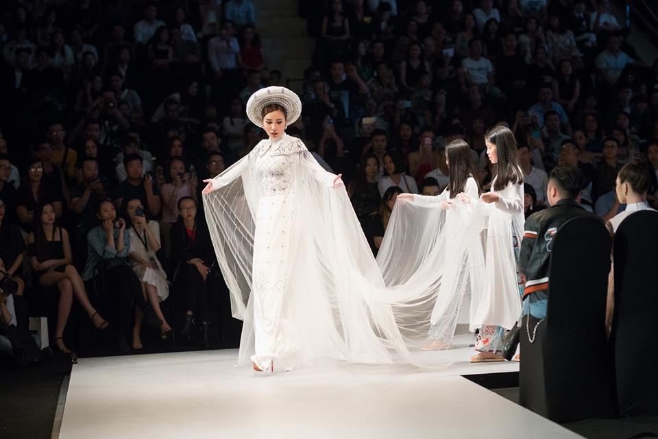 HH Áo dài Hoàng Dung làm vedette BST áo dài hoạ tiết gạch bông