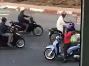 Nữ 'ninja' chạy ngược chiều, dừng xe giữa đường nghe điện thoại