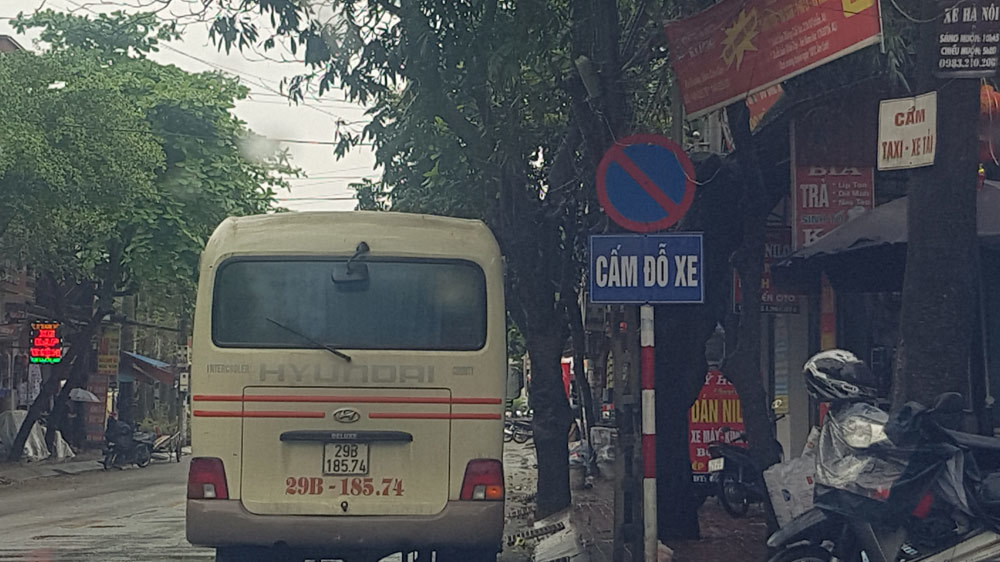 2 chiếc xe dù náo loạn vận tải phố huyện