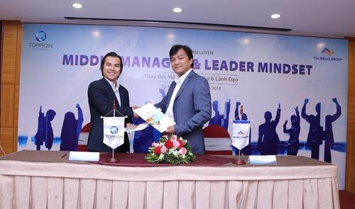 Ông Dương Long Thành (đại diện Thắng Lợi Group) và ông Loan Văn Sơn (đại diện Toppion) trong lễ ký kết