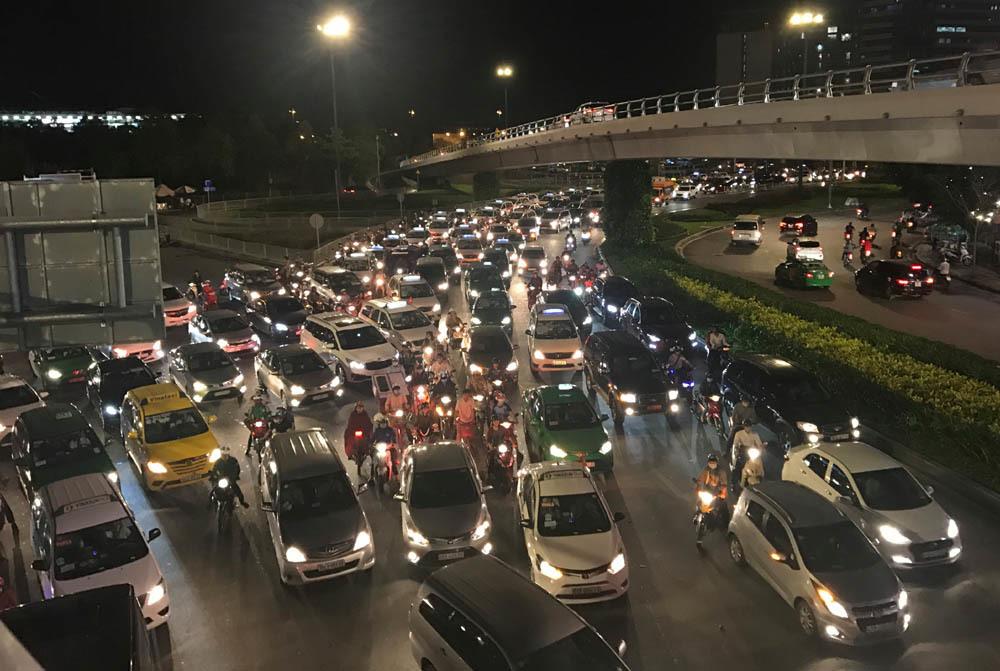 Tái diễn kẹt xe từ chiều đến tối ở cửa ngõ sân bay Tân Sơn Nhất