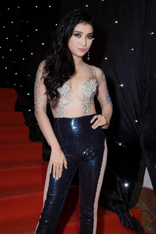 'Cháu gái Lam Trường' bất chấp mặc đồ sốc để gây chú ý: Bi kịch Vpop