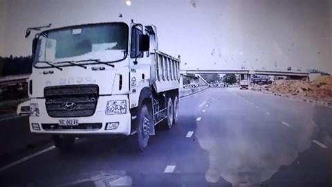 Xe tải chạy ngược chiều băng băng trên đường ở Thanh Hóa