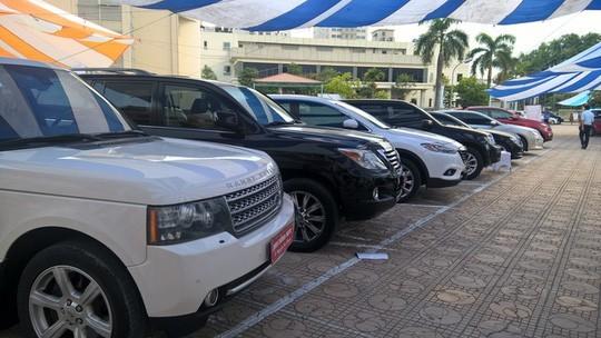 Ô tô sang cũ 'ế sưng': Giảm giá 100 triệu, la liệt vỉa hè