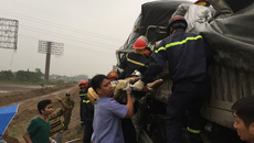 Tai nạn cao tốc Pháp Vân: Lính cứu hỏa cắt cửa xe đưa 2 thi thể mắc kẹt ra ngoài