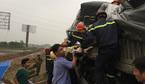 Tai nạn cao tốc Pháp Vân: Lính cứu hỏa cắt cửa xe đưa thi thể mắc kẹt ra ngoài