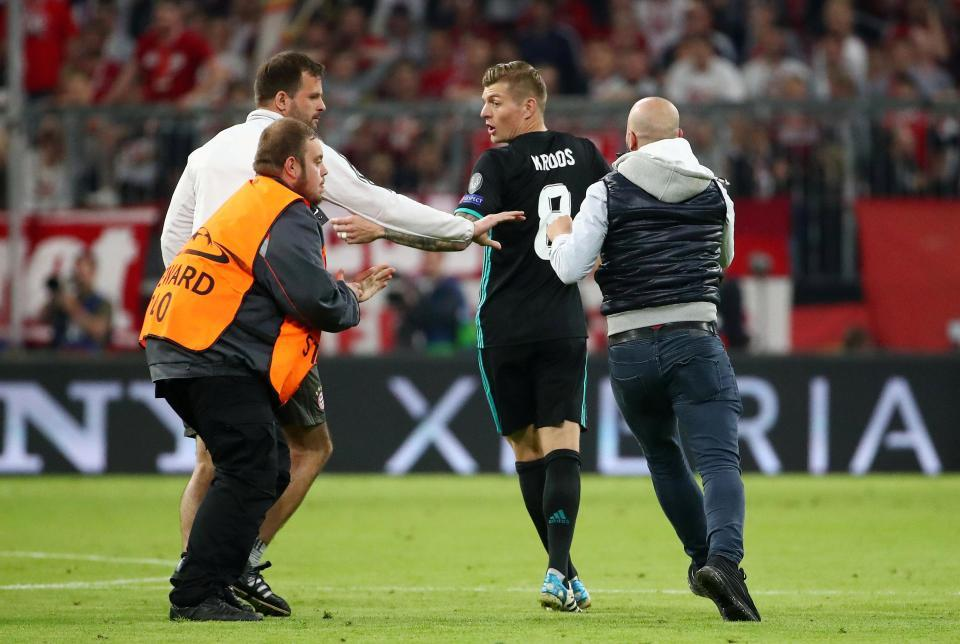 Fan cuồng lao vào sân xé áo, tụt quần Ronaldo và Ribery