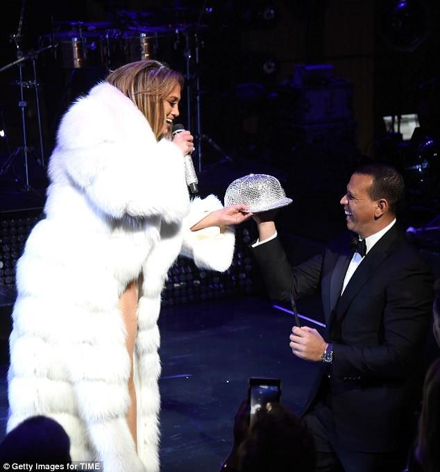 Jennifer Lopez gần 50 tuổi vẫn tự tin diện đồ diễn hở bạo