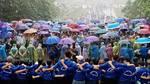 Vạn người dầm mưa cuồn cuộn đổ về đền Hùng