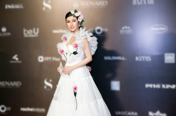Emily Hồng Nhung diện đầm hoa hồng đến VIFW
