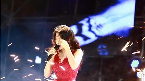 Hòa Minzy gặp sự cố trên sân khấu