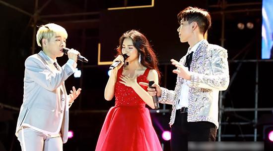 Hòa Minzy bất ngờ gặp sự cố trên sân khấu
