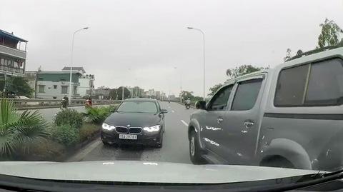 BMW đi ngược chiều, lì lợm đối đầu xe khác