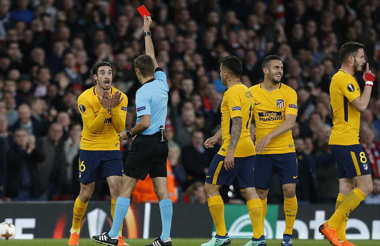Arsenal đá hơn người, Griezmann xuất sắc giải cứu Atletico