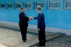 Khoảnh khắc bước chân lịch sử của Kim Jong Un