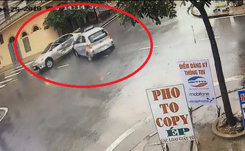 Hai ô tô đâm nhau như phim tại ngã tư 'tử thần' ở Nam Định