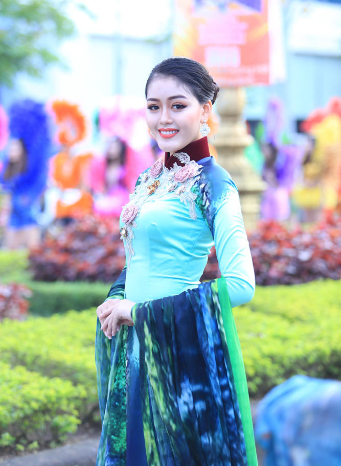 Người đẹp miền Tây hội ngộ tại lễ hội đường phố Đồng Hới