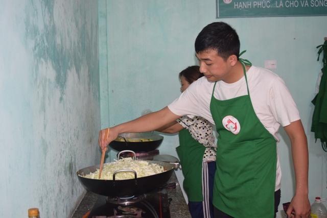 Cơm có thịt giá 5.000 đồng, người lao động nghèo mừng rớt nước mắt