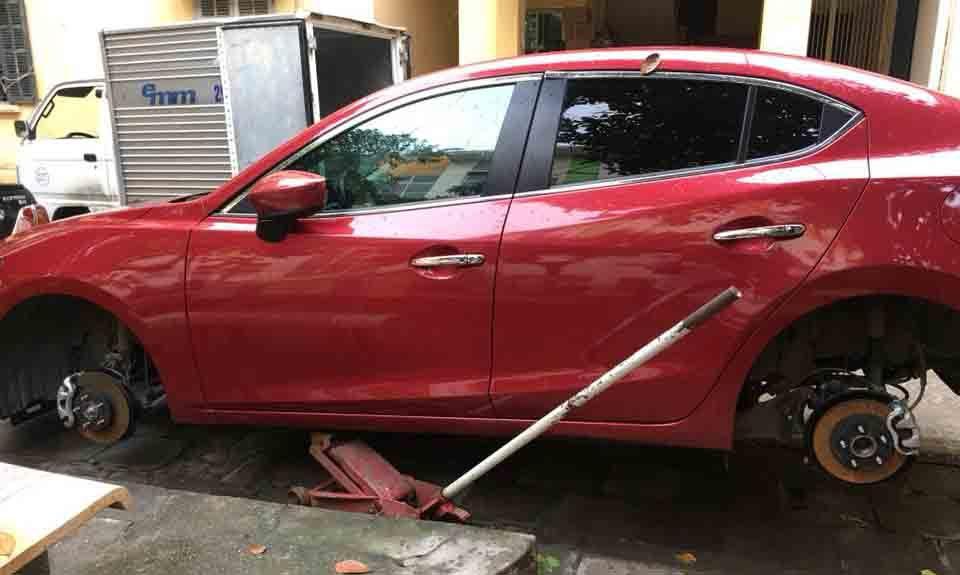 Hà Nội: Hàng loạt xế hộp bị rạch lốp khi đỗ tại chung cư