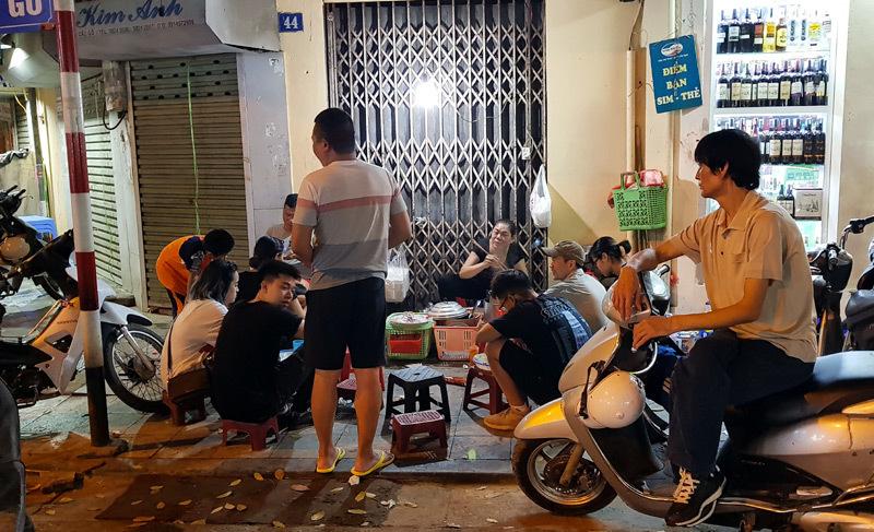 Hàng xôi nức tiếng phố cổ: Bán 3 tiếng ban đêm, ăn phải xếp hàng chờ