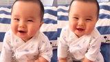 Tan chảy trái tim với tiếng cười thiên thần của bé