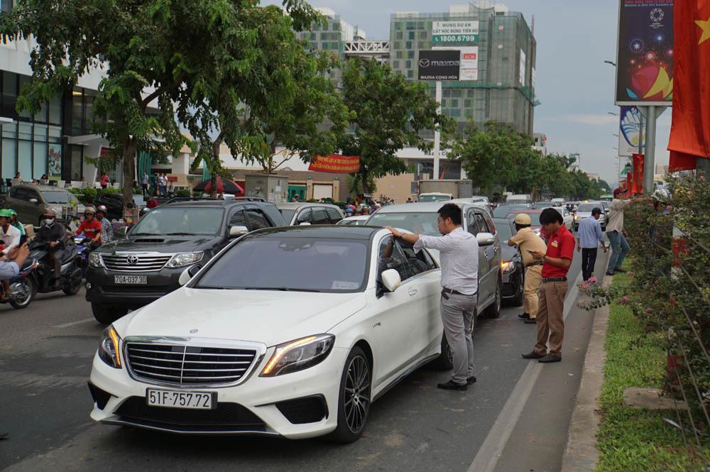 3 ô tô tông nhau liên hoàn, cửa ngõ Tân Sơn Nhất kẹt cứng