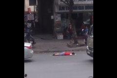 Hà Nội: Bé trai nằm bất động trên phố, xe cộ qua lại không ai để ý