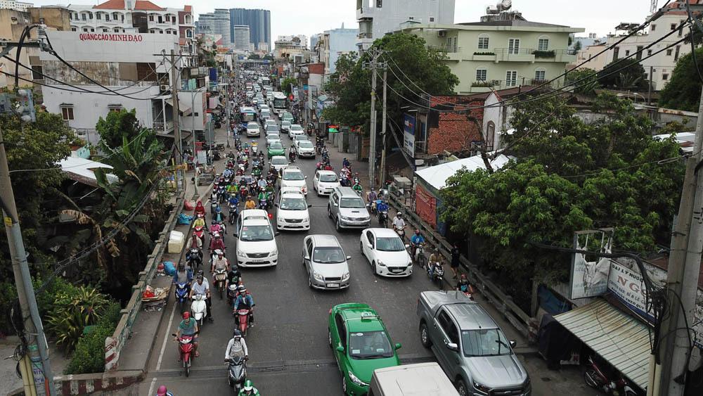 Người ùn ùn rời Sài Gòn về quê nghỉ lễ, bến xe chật cứng người