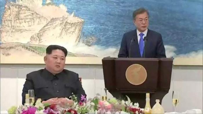 Vợ chồng ông Kim Jong Un vui vẻ dự tiệc tối