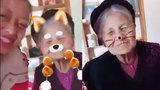 Bà ngoại 90 tuổi không ngại tạo dáng xì-tin bên cháu gái
