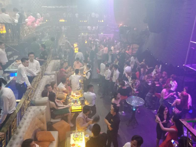 Đột kích quán bar giữa đêm, bắt giữ nhiều dân chơi đang phê ma túy