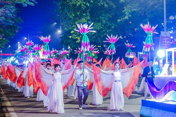 Lễ diễu hành 12 xe hoa khuấy động Carnaval Hạ Long 2018