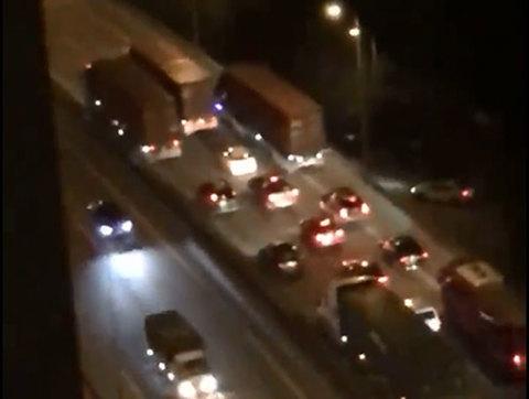 3 xe container dàn hàng ngang gây ùn tắc hàng km trên đường Hà Nội