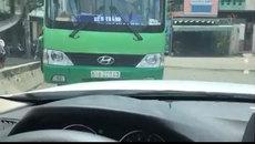 Xế sang BMW quyết 'đối đầu' xe buýt lấn làn trên phố Sài Gòn