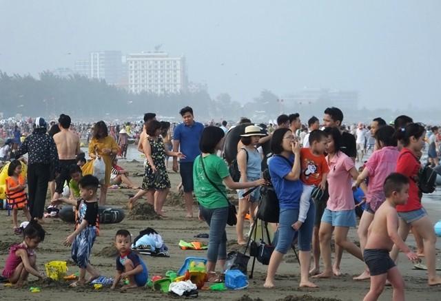Chưa nóng biển Sầm Sơn đã ken đặc người