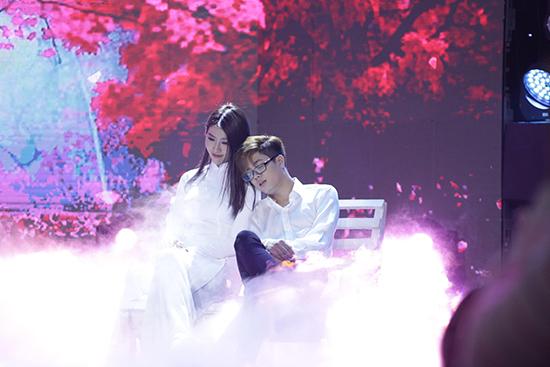 Bùi Anh Tuấn bị chấn thương vì sự cố sân khấu khi đang hát