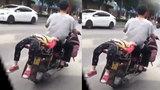 Bố trói con vào xe đưa đi học mặc con thét gây phẫn nộ cư dân mạng
