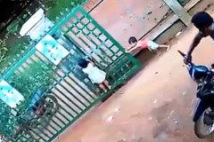 Hai bé bị cánh cổng sắt đè lên người