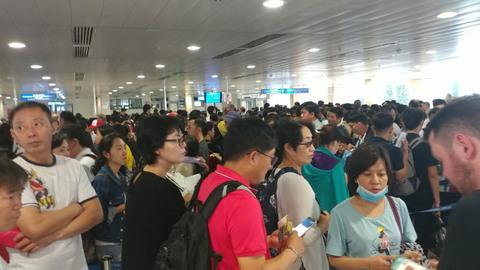 Sân bay Tân Sơn Nhất chật cứng người đi chơi lễ 30/4