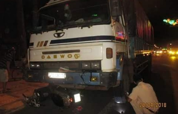 Ô tô tông xe máy dừng đèn đỏ, 4 người thương vong