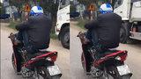 Chàng trai điều khiển xe máy bằng hai chân chạy vun vút trên đường