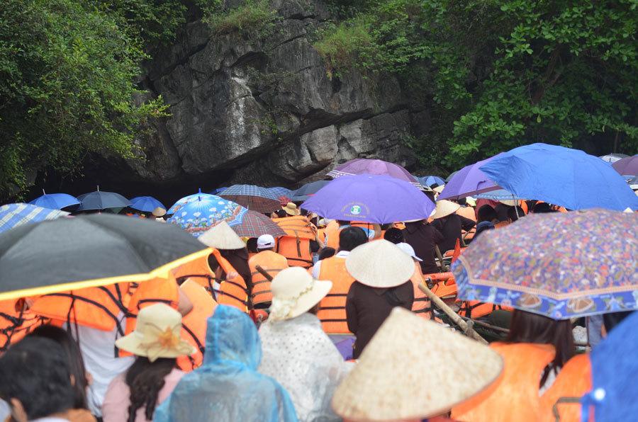 Du khách đổ về Lễ hội Tràng An 2018