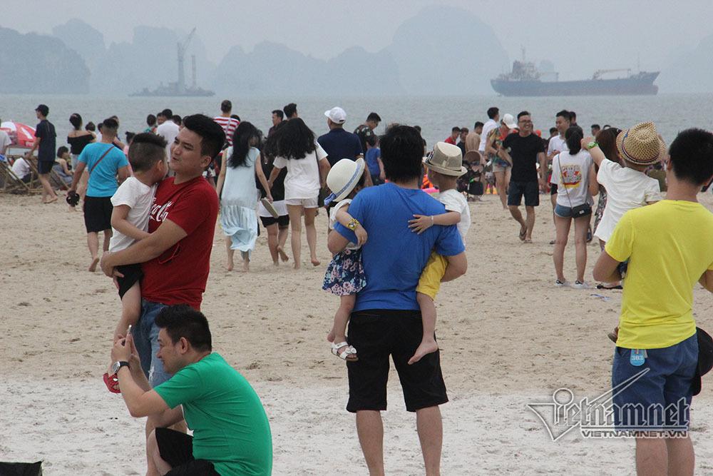 Se lạnh vẫn chen nhau tắm biển Hạ Long