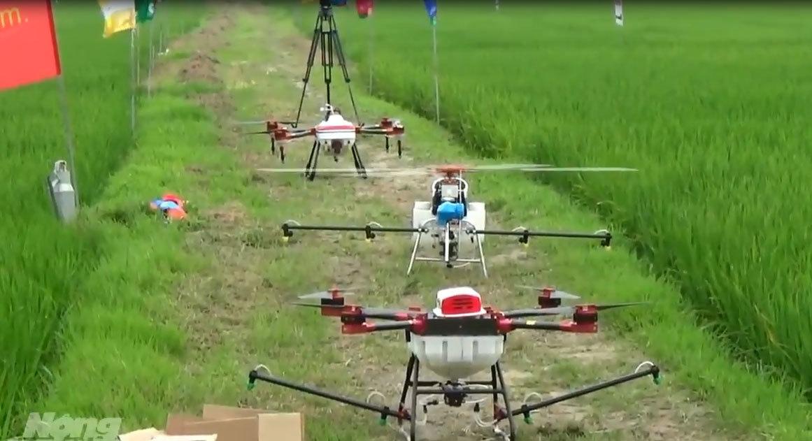 Lần đầu tiên ở Việt Nam: Máy bay không người lái phun thuốc sâu