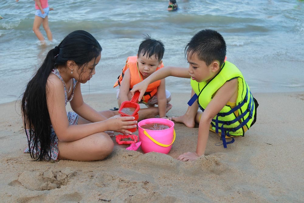 Biển người trên bãi biển Nha Trang, Phan Thiết 'giải nhiệt' trong ngày 30/4