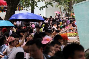 Ngàn người 'nghẹt thở' chen chân trong công viên ngày 30/4 ở Hà Nội, Sài Gòn