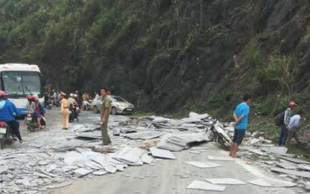 Xe chở đá đâm vách núi lật ngang, 2 người bị thương nặng
